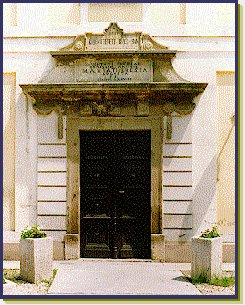 A régi iskola bejárata